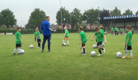 Oud Feyenoorder Bennie Wijnstekers geeft een voetbal clinic bij Ulysses.